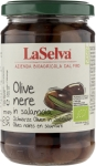 Dunkle Oliven in Salzlake